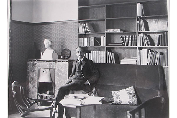 3)	Henry van de Velde in his study. Photo by Louis Held, 1909. Image credit: Klassik Stiftung Weimar, catalogue raisonné of works by Henry van de Velde © VG Bild-Kunst, Bonn 2016